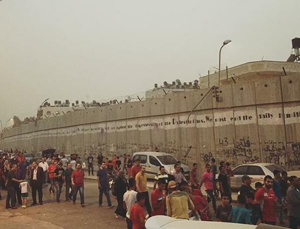 Spectatorii pleaca multumiti de la stadion. In dreapta, zidul ce ii desparte de Ierusalim / Sursa @pal24sport